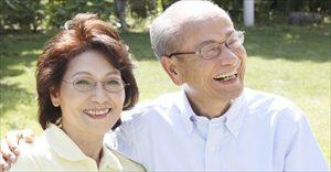 入れ歯をお使いの年配の方のイメージ
